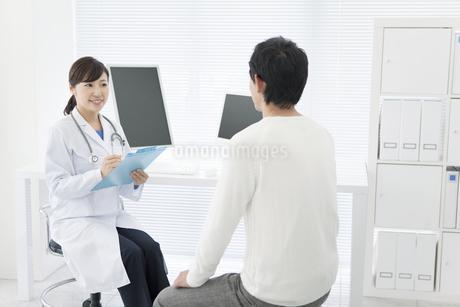 女医と男性患者の写真素材 [FYI01307679]