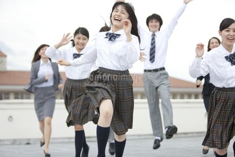 屋上を走る高校生と先生の写真素材 [FYI01307699]