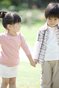 手をつなぐ男の子と女の子の写真素材 [FYI01307706]