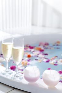 シャンパンと花びらを浮かべたバスタブの写真素材 [FYI01307715]