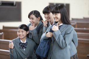 親指を立てる女子校生の写真素材 [FYI01307726]