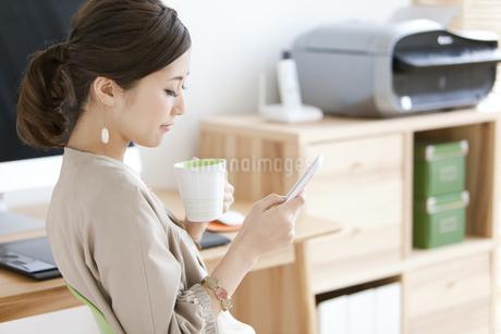 休憩をとる女性の写真素材 [FYI01307732]