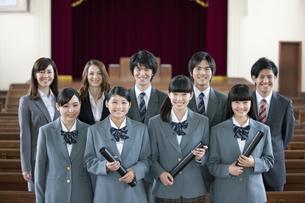 卒業証書を持つ高校生と先生の写真素材 [FYI01307734]