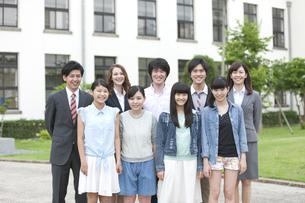 笑顔の学生と先生の写真素材 [FYI01307749]