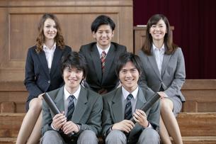 笑顔の男子高校生と先生の写真素材 [FYI01307770]