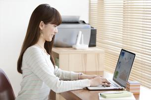 パソコンを操作する女性の写真素材 [FYI01307793]