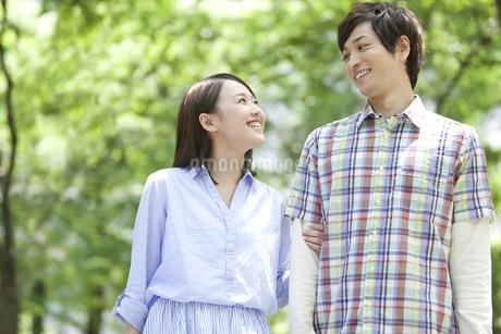 笑顔のカップルの写真素材 [FYI01307828]