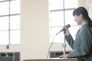 スピーチをする女子校生の写真素材 [FYI01307840]