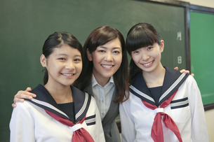 笑顔の先生と女子校生の写真素材 [FYI01307841]
