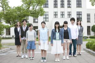 笑顔の学生と先生の写真素材 [FYI01307848]