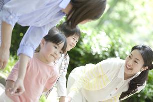 手をつないで歩く2組の親子の写真素材 [FYI01307869]