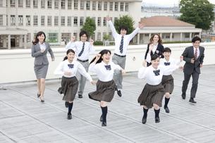 屋上を走る高校生と先生の写真素材 [FYI01307873]