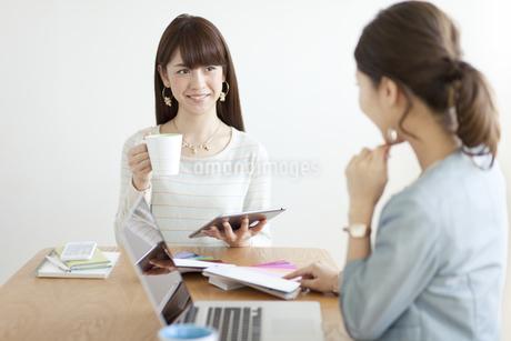 打ち合わせをする女性2人の写真素材 [FYI01307892]