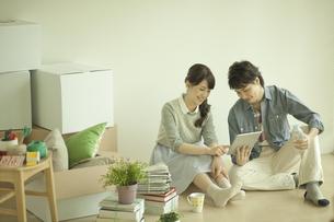 タブレットPCを見るカップルの写真素材 [FYI01307895]