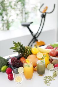 果物と健康器具のある部屋の写真素材 [FYI01307910]