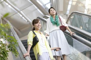 エスカレーターに乗る女性2人の写真素材 [FYI01307912]