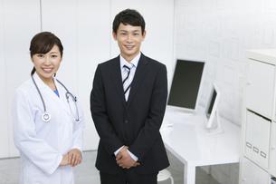 女医とビジネスマンの写真素材 [FYI01307914]