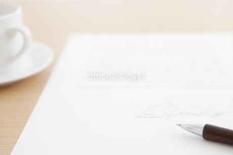 ペンがあるデスクイメージの写真素材 [FYI01307951]
