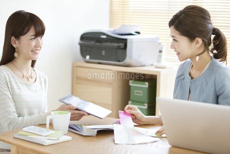 打ち合わせをする女性2人の写真素材 [FYI01307961]