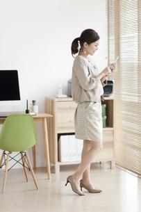 スマートフォンを操作する女性の写真素材 [FYI01307986]