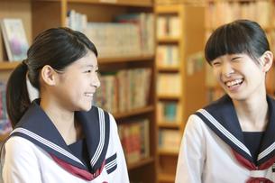 笑顔の女子校生2人の写真素材 [FYI01307987]