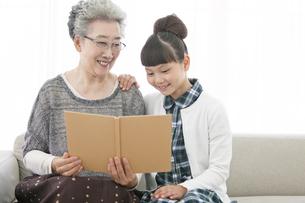 本を読む祖母と孫娘の写真素材 [FYI01308014]