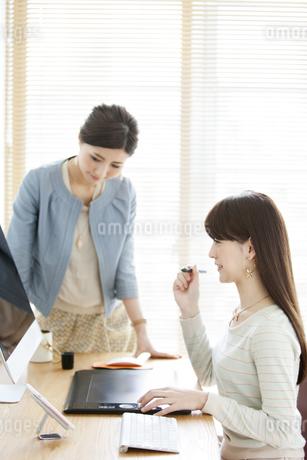デスクワークをする女性2人の写真素材 [FYI01308044]