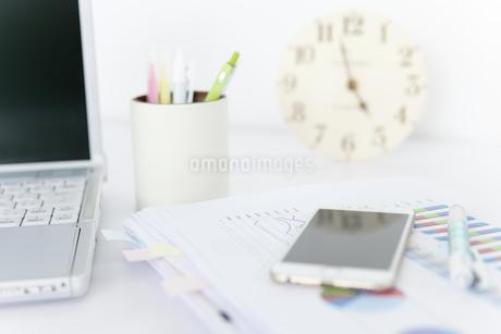 置き時計があるデスクイメージの写真素材 [FYI01308045]