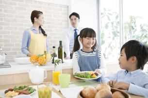 食事の準備をする4人家族の写真素材 [FYI01308049]