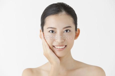 頬に手をあてる女性の写真素材 [FYI01308068]