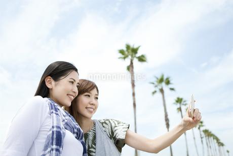 自分撮りをする女性2人の写真素材 [FYI01308075]