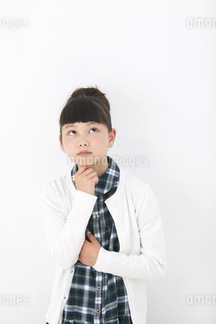考え事をする女の子の写真素材 [FYI01308076]
