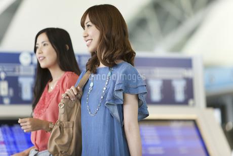 空港にいる女性2人の写真素材 [FYI01308090]