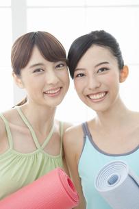 ヨガマットを持つ女性2人の写真素材 [FYI01308114]