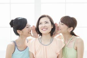 内緒話をする女性3人の写真素材 [FYI01308118]