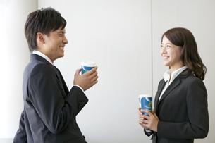 休憩中のビジネスマンとビジネスウーマンの写真素材 [FYI01308146]