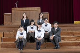笑顔の女子校生と先生の写真素材 [FYI01308151]
