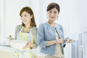女性の仕事シーンと家事シーンの写真素材 [FYI01308168]