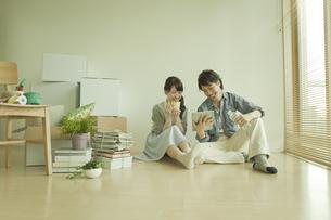 タブレットPCを見るカップルの写真素材 [FYI01308200]