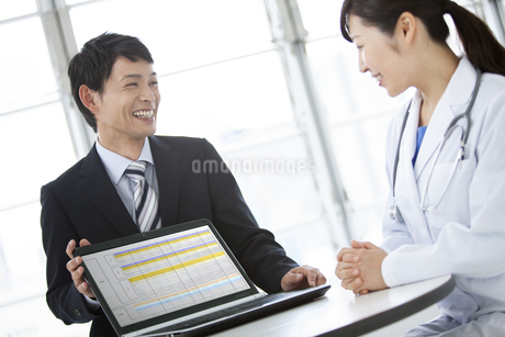 女医とビジネスマンの写真素材 [FYI01308239]