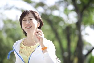 ジョギングをする中高年女性の写真素材 [FYI01308241]