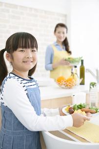 朝食を持つ女の子の写真素材 [FYI01308244]