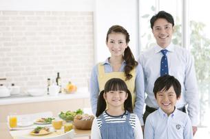 笑顔の4人家族の写真素材 [FYI01308245]