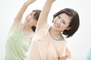 体操をする女性2人の写真素材 [FYI01308257]