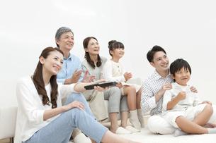 はしゃぐ3世代家族の写真素材 [FYI01308294]
