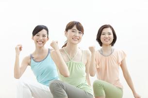エクササイズをする女性3人の写真素材 [FYI01308331]