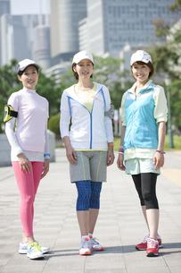 スポーツウエア姿の中高年女性3人の写真素材 [FYI01308375]
