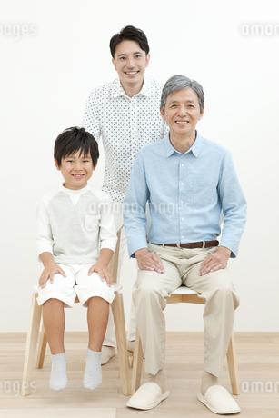 笑顔の3世代家族3人の写真素材 [FYI01308416]