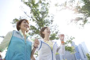ジョギングをする中高年女性2人の写真素材 [FYI01308419]