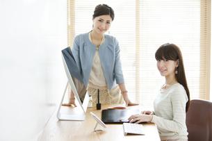 デスクワークをする女性2人の写真素材 [FYI01308442]